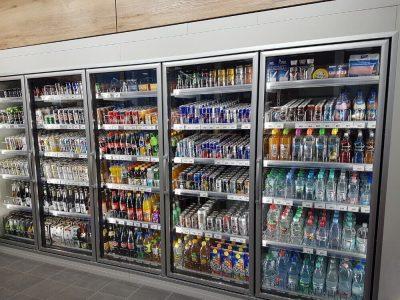 Kühlzelle mit Glastürfront, LED-Beleuchtung und kundenspezifischer Deckenverkleidung.