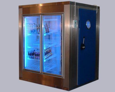 Kühlzelle in Edelstahl mit blauer Drehtür und Bullauge, Glastür und Rutschetagenregal.