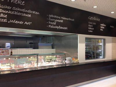 Kühlzelle in Edelstahl mit Front in weiß und Glasschiebe-Fenster zur Entnahme von Speisen