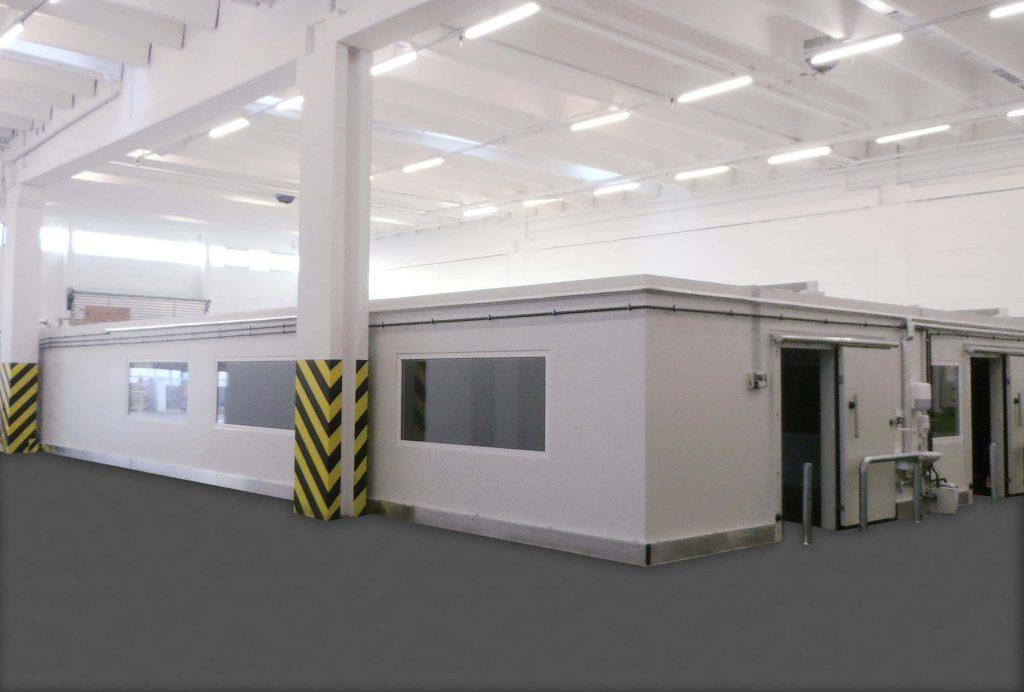 Kühlzelle mit Schiebetüren, Fenstern und Rammschutz