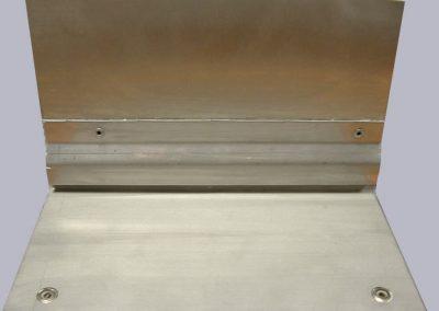 3mm Edelstahlboden mit Abtropfkante, fugenüberlappt vernietet, mit Abtropfkante im Übergang Boden-Wand