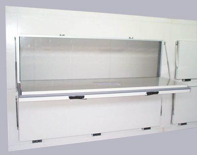 Kühlzelle mit quer eingebauten Drehtüren in Lukenbauweise, Öffnung nach unten mit Hilfe von Gasdruckfedern