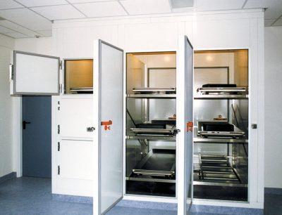 Leichenkühlzelle mit Luken und Drehtüren