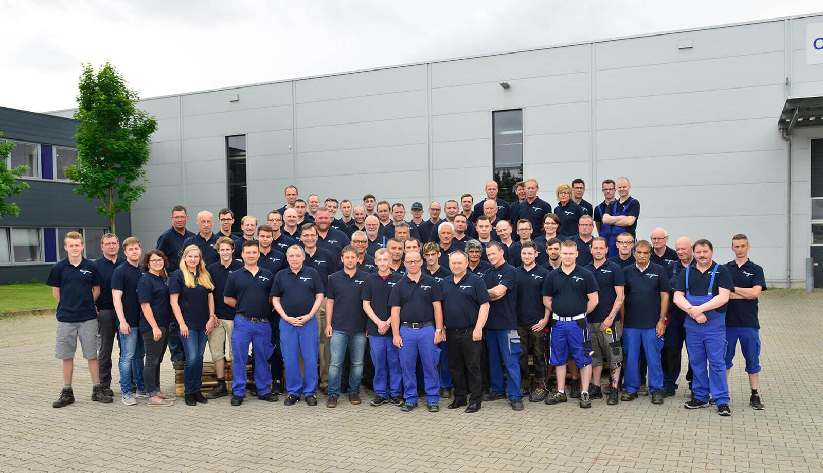 CELLTHERM-Mitarbeiter vor unserer Produktionshalle