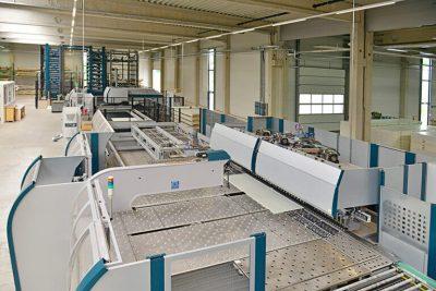 Vollautomatisches Blechbearbeitungszentrum bestehend aus Beladeturm, Schere, Stanzkopf und Abkantpresse
