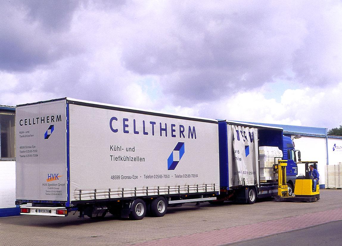 Beladung eines LKW mit einer Palette mit CELLTHERM-Paneelen.