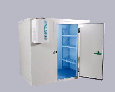 Standardzelle mit maßgeschneidertem Regalsystem und steckerfertigem Kälte-Aggregat.