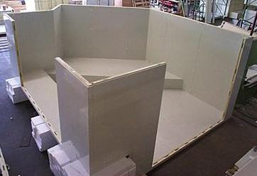 Maßgeschneiderte Zelle mit Aussparungen und Winkelkonstruktionen für Deckenunterzüge, Pfeilerumbauten oder bauseitige Eckversätze.