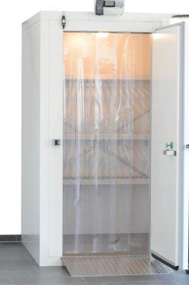 Kühlzelle mit Streifenvorhang, Auffahrrampe, Türkontaktschalter, Temperaturkontrollsystem und Regalsystem